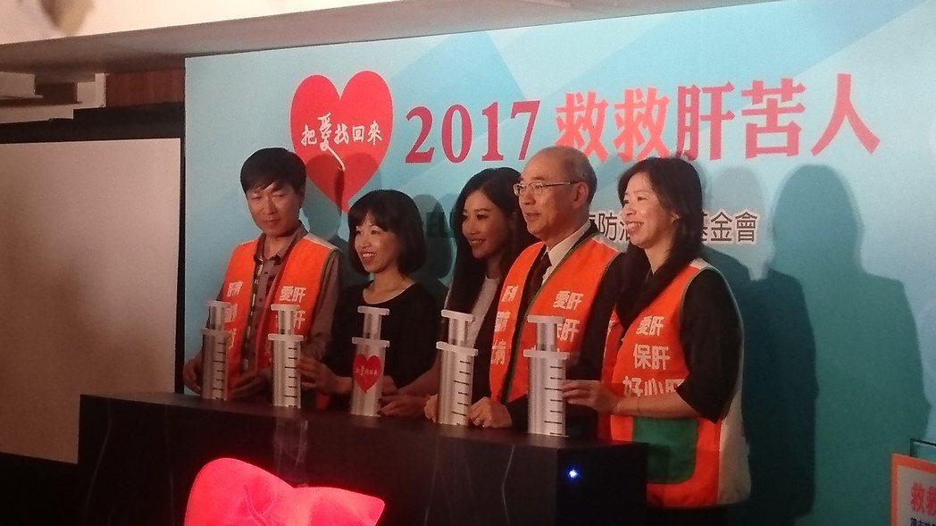 肝基會與7-ELEVEN推出全新「保肝全壘打計畫」,邀藝人A-LIN(中) 站台...