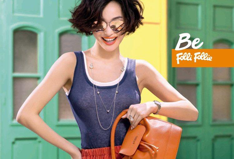 Uptown Beauty上城系列運用紅、橙、深綠等濃郁色彩打造亮眼包款,小巧的...