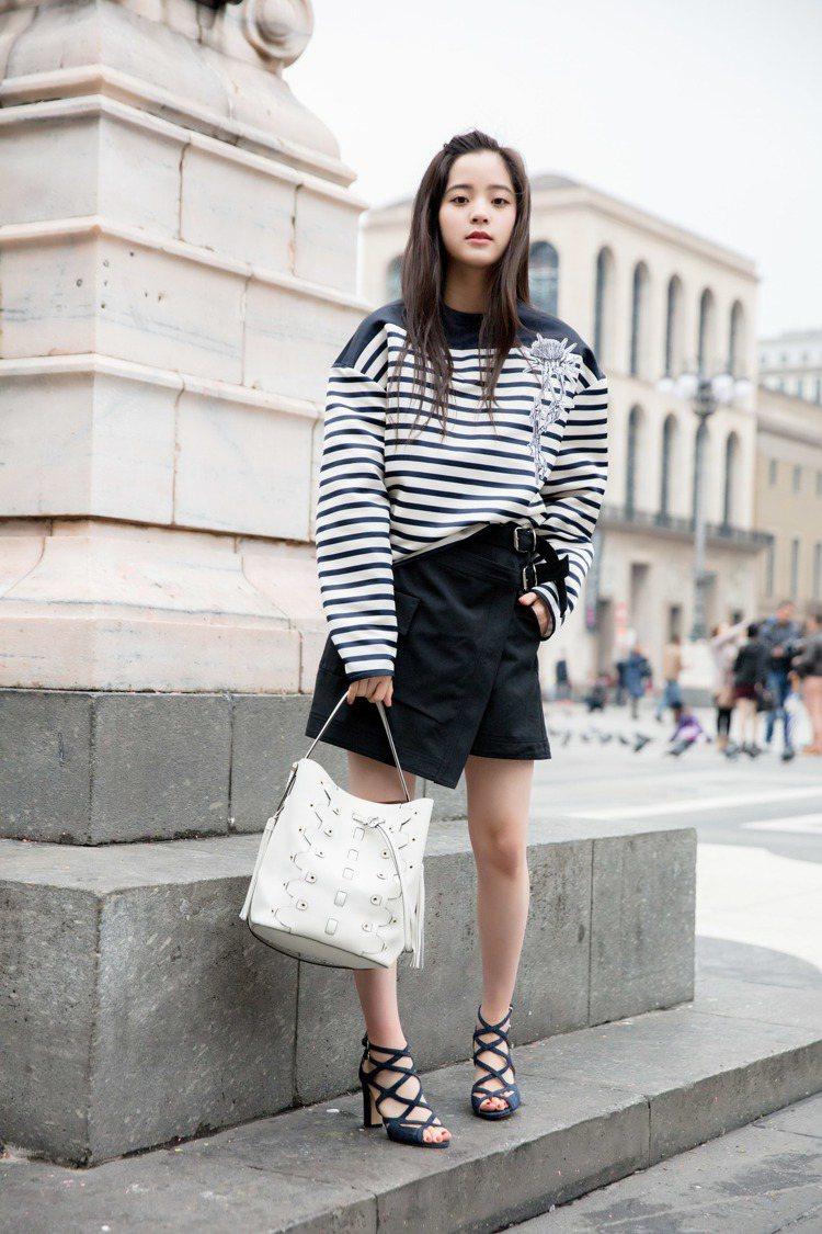 歐陽娜娜拎著FURLA最新民族風水筒包Vittoria,搭配橫條紋上衣與不對稱短...
