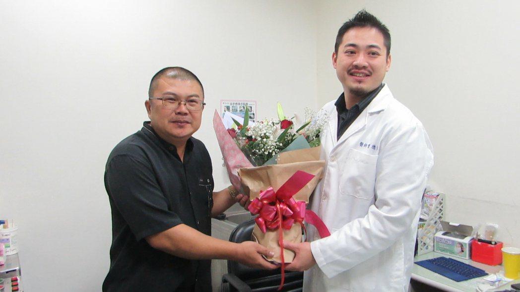 陳姓男子(左)經由下鼻甲微創手術,找回正常生活,他今天獻花感謝醫師曾德銘。記者范...
