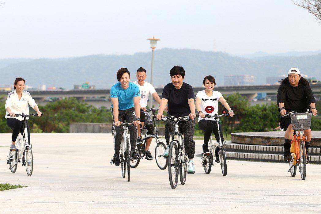黃小琥(右三)為2017「狂」演唱會騎車鍛鍊體力,師弟妹林凡(左起)、陳勢安、林...
