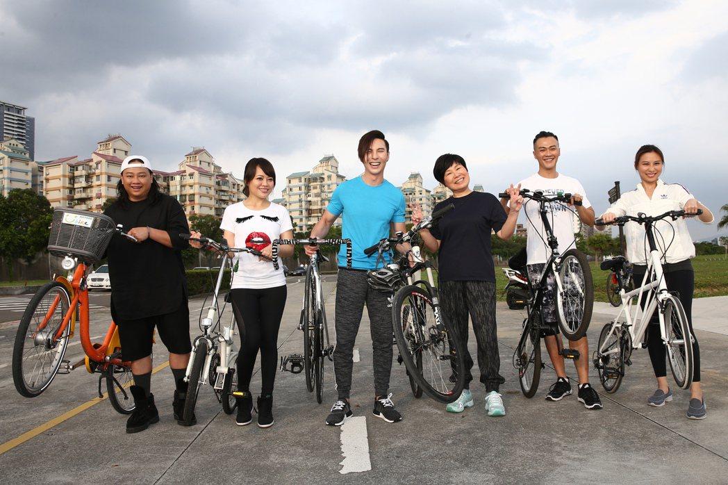 黃小琥(右三)為2017「狂」演唱會騎車鍛鍊體力,師弟妹賴銘偉(左起)、戴愛玲、...