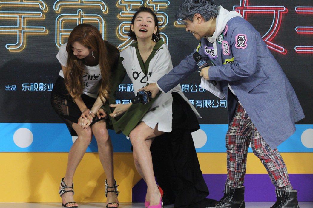 小S(中)在北京記者會上怒掀林志玲(左)裙子,蔡康永前來救援,相當搞笑。圖/CF...
