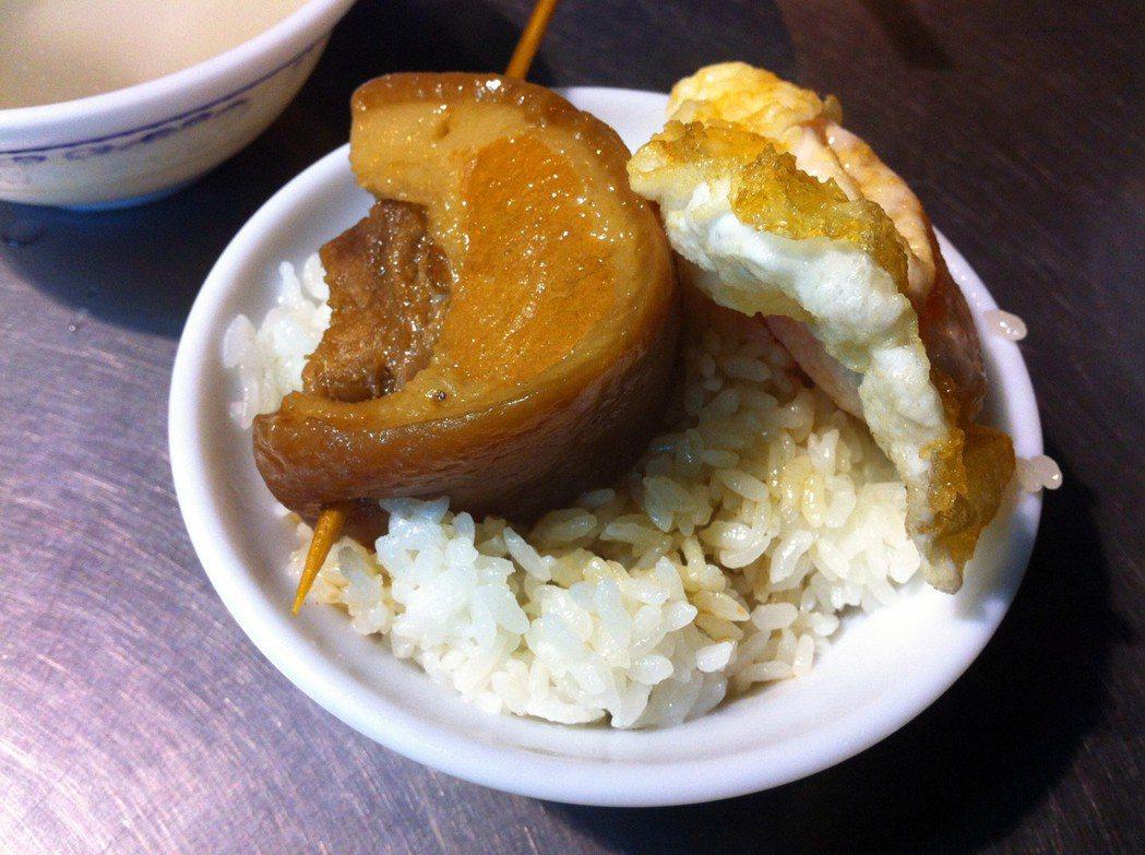彰化爌肉飯幾乎全天都能吃的到,被認為是彰化特色小吃。記者林敬家/攝影