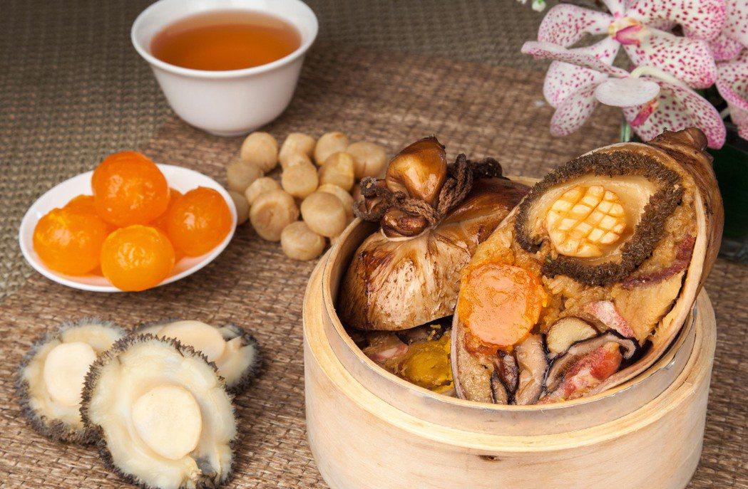 台北西華飯店鮑魚八寶福袋粽,每顆重達800公克。圖/台北西華飯店提供