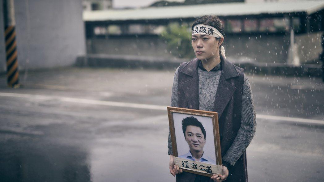 鄧九雲演出「勞動之王」一場淋雨抗議戲,拍完病倒躺床10天。圖/客台提供