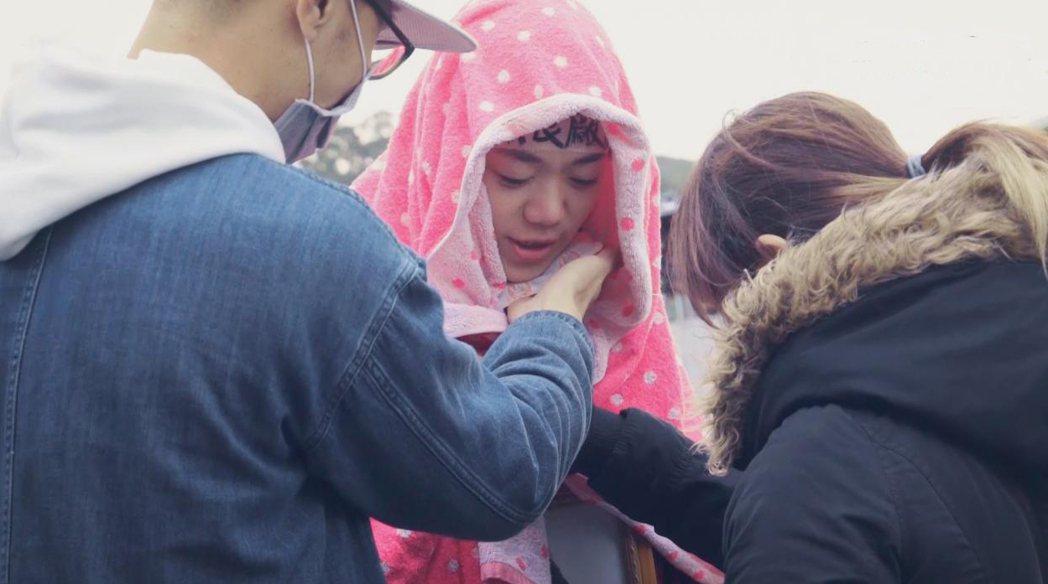 鄧九雲拍完淋雨戲,立刻包頭保暖。圖/客台提供