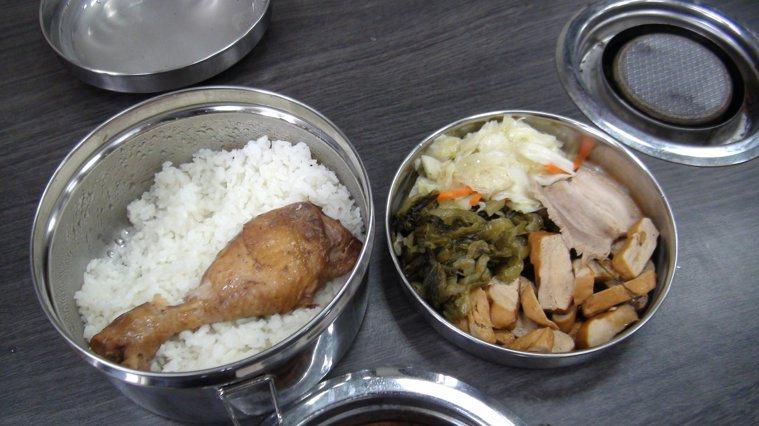 大多數自己帶的便當都是飯菜混裝。記者吳淑君/攝影