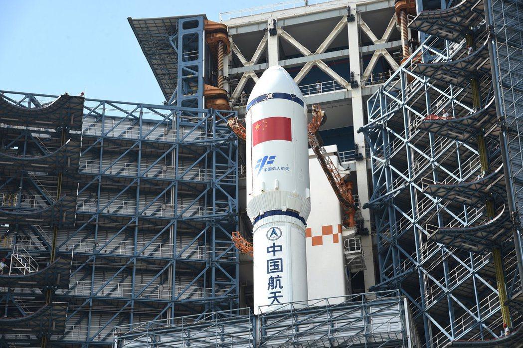 中國自主研製的首艘貨運飛船「天舟一號」在海南文昌發射場,飛上太空為天空二號「加油...