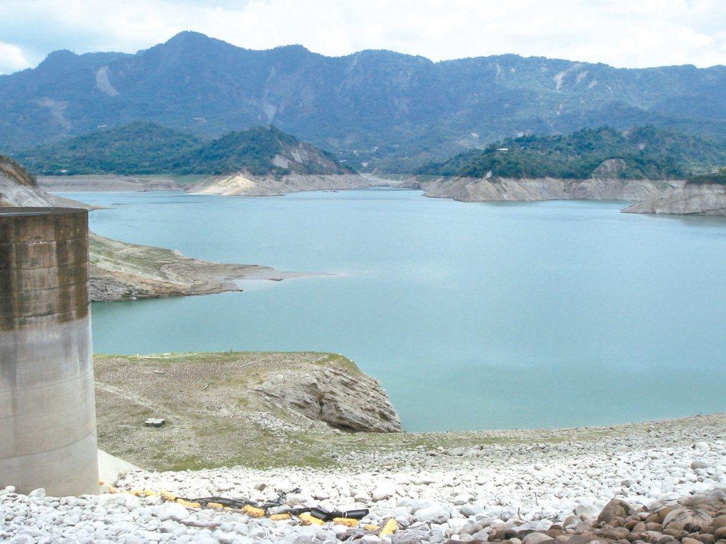台灣南部水庫逢旱季時蓄水降到2成以下,水情令人緊張。 記者吳淑玲/攝影