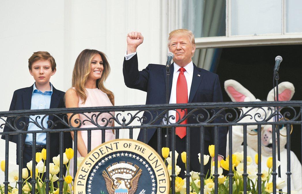 美國總統川普17日出席白宮南草坪的復活節滾彩蛋活動,以豐富手勢致詞,身旁有第一夫...