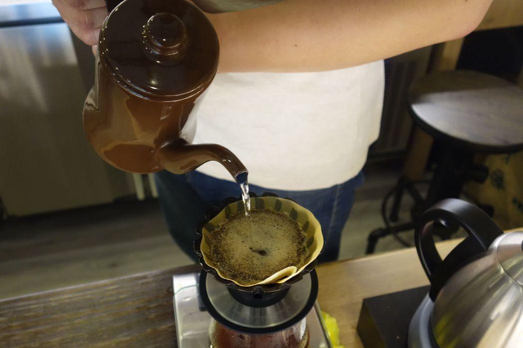 近年來美式咖啡逐漸受到消費者喜愛,且消費者更重視咖啡豆產地、風味等,也帶動坊間專...