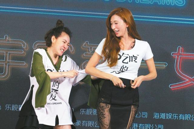 小S(左)在北京記者會上怒撕林志玲(右)T-Shirt,成為節目大亮點。
