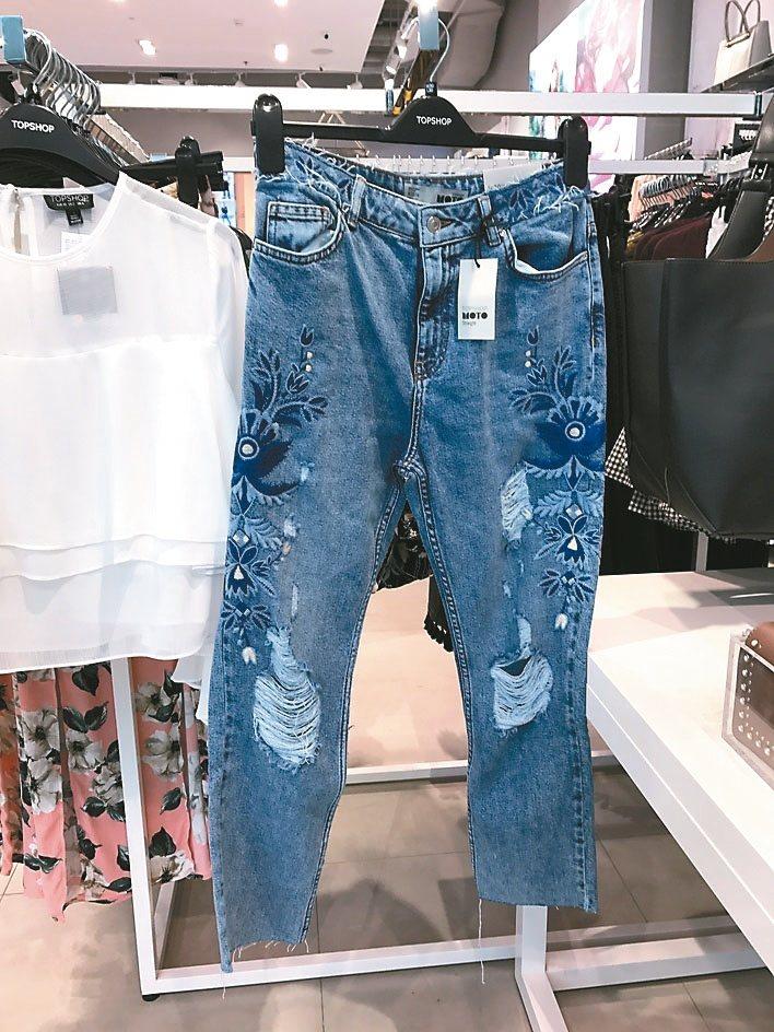 「刺繡」也是這季牛仔褲的流行之一,建議「刺繡」出現的位置不要太分散,集中在臀部、大腿或褲腳都不錯。