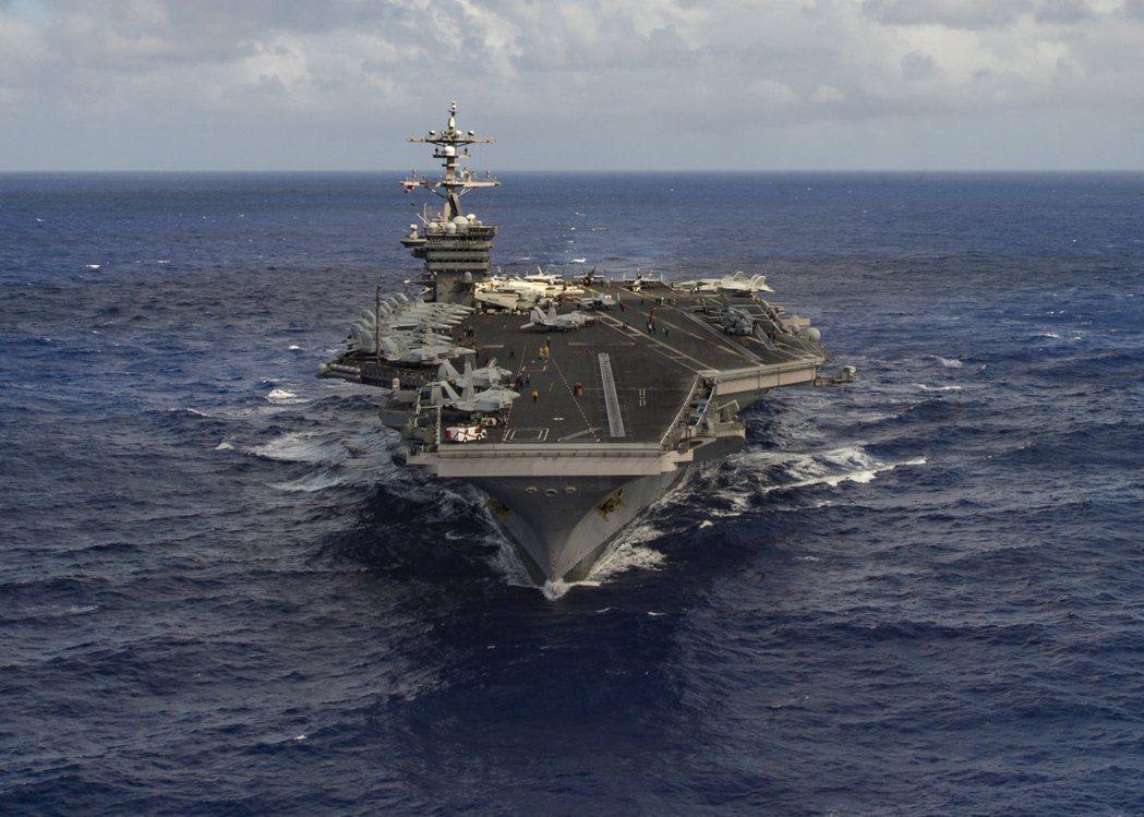 美國海軍官網站公布鏡頭顯示,卡爾文森打擊群14日才通過爪哇與蘇門答臘之間的巽他海...