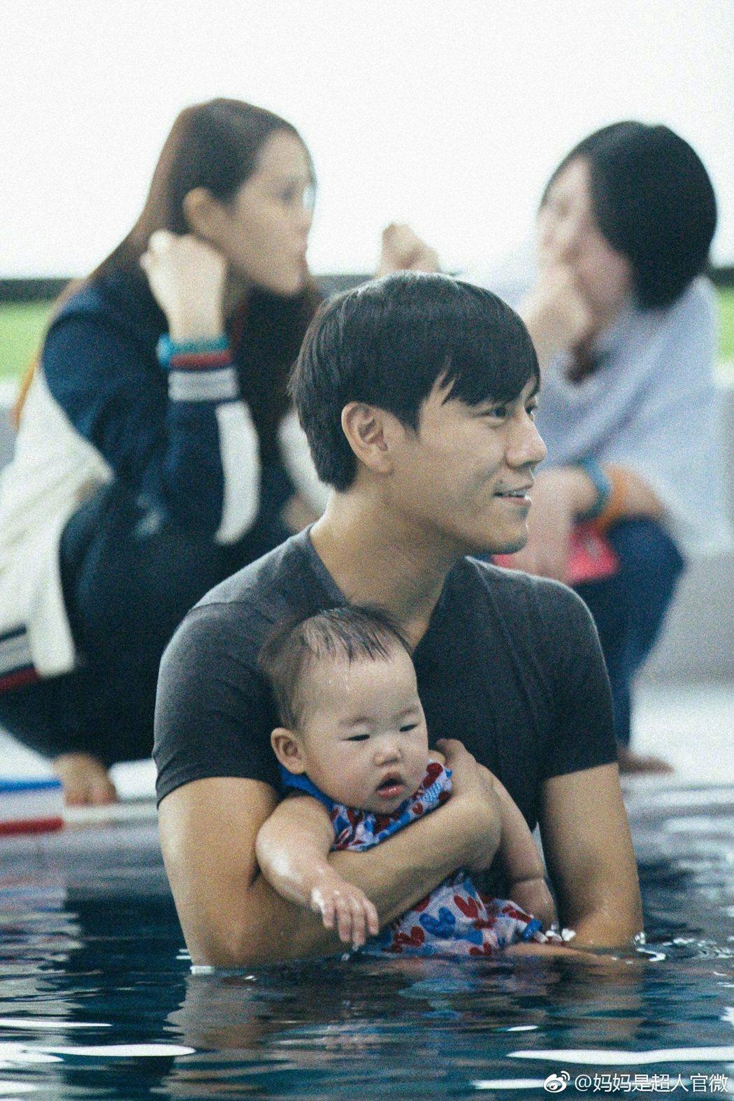 秦昊在實境節目中帶著女兒小米粒。 圖/擷自媽媽是超人微博