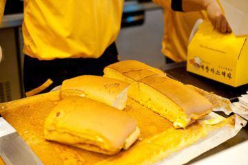 糕點類食物在韓國相當收到歡迎,在街邊就可買到各類現烤小食,近年臺灣古早味現烤蛋糕也在韓國爆紅。 圖/取自대만삼촌 대왕카스테라