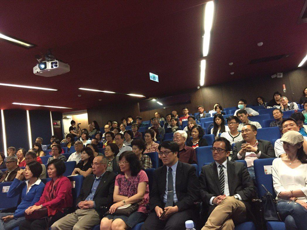 昨晚的講座吸引民眾與公衛專家等共100餘位參與。