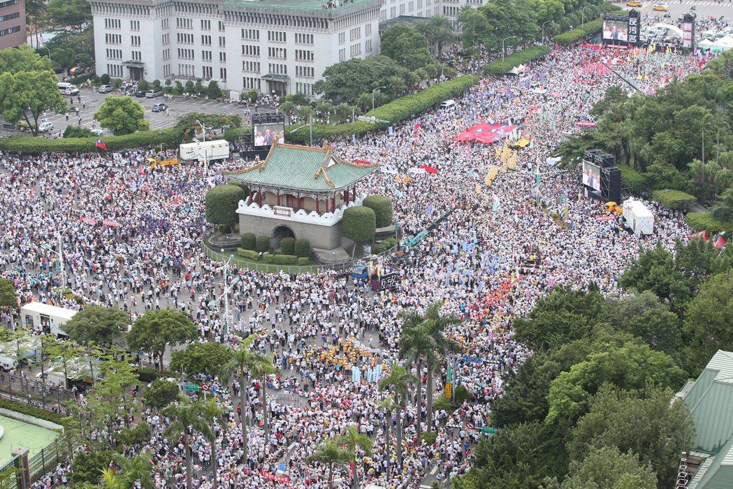 監督年金改革行動聯盟發起的九三大遊行登場,遊行訴求「反汙名,要尊嚴」,遊行隊伍集...