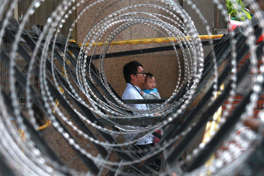 立法院今天審查「年金改革法案」,昨天警方在周圍架設層層的拒馬、護欄及蛇籠,設在立...