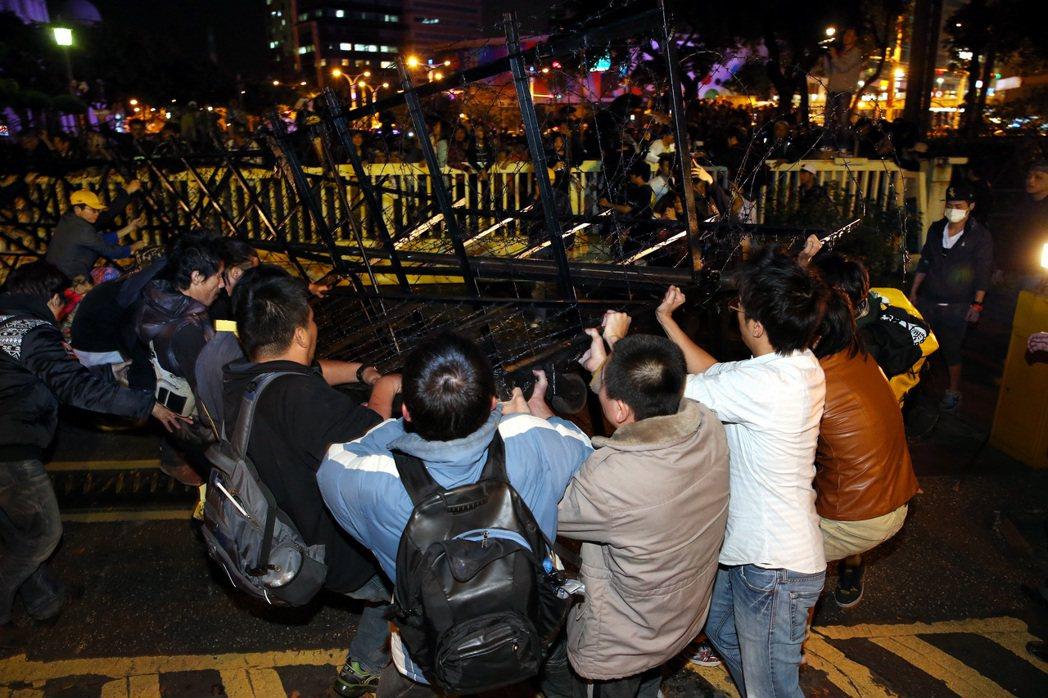 占領立法院反黑箱服貿的群眾昨晚轉戰行政院,群眾在人數優勢下進入行政院,並拉開拒馬...