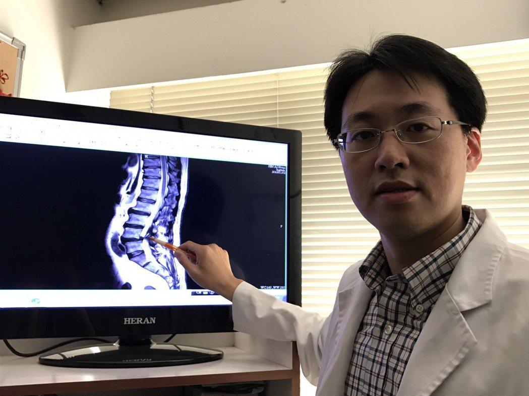 大里仁愛醫院神經外科醫師施育彤以3D影像導航輔助進行脊椎微創手術,成功為患者去除...