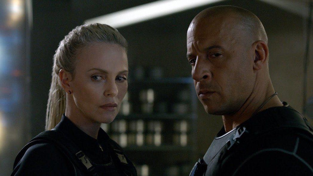 馮迪索(右)在「玩命關頭8」當中疑似黑化,竟幫助大反派莎莉賽隆。圖/UIP提供