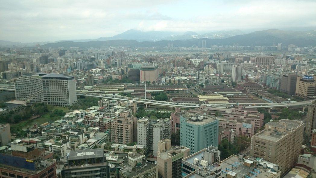 據住商不動產最新統計六都第1季去化天數及議價率變化,台北市今年去化天數129.3...