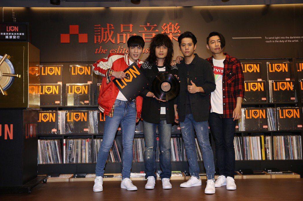 蕭敬騰(左一)領軍的獅子合唱團,18日為限量推出的黑膠唱盤機舉行造勢活動。圖/華