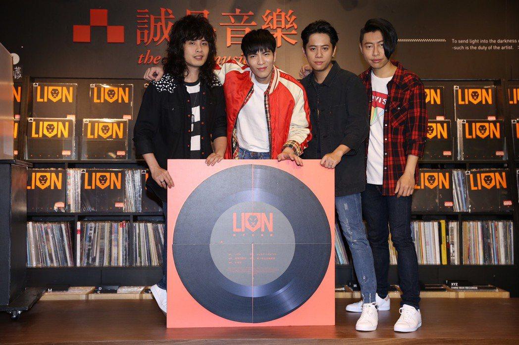 蕭敬騰(左二)領軍的獅子合唱團,18日為限量推出的黑膠唱盤機舉行造勢活動。圖/華...