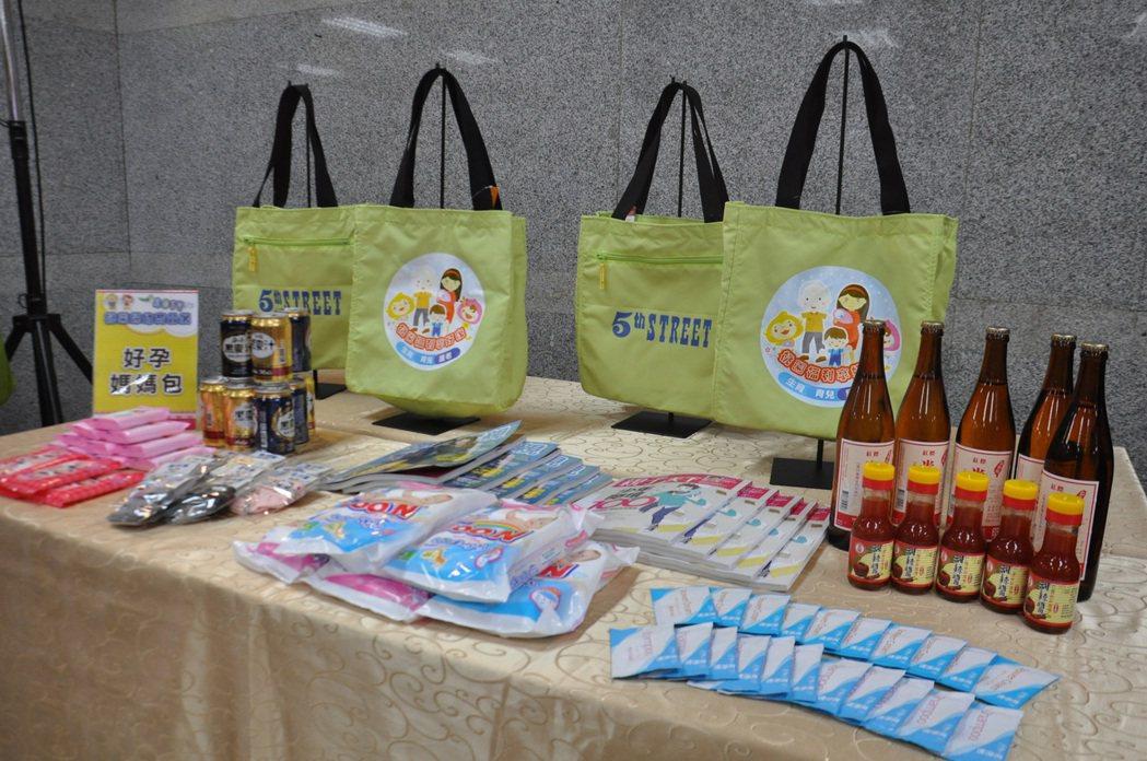 媽媽包內有多項贊助品,有米酒水、嬰兒襪、濕紙巾、洗髮精、尿布與雜誌等,價值超過3...