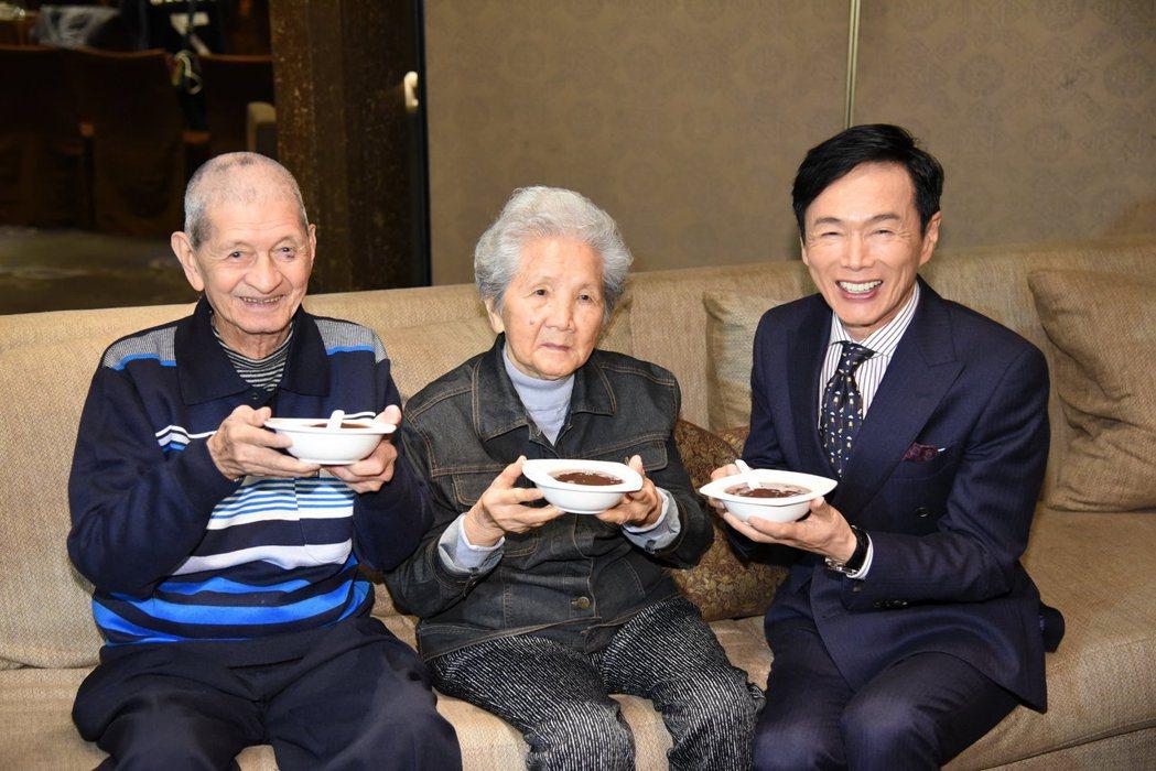 森進一與90歲粉絲共享紅豆湯。圖/超藝媒體行銷提供