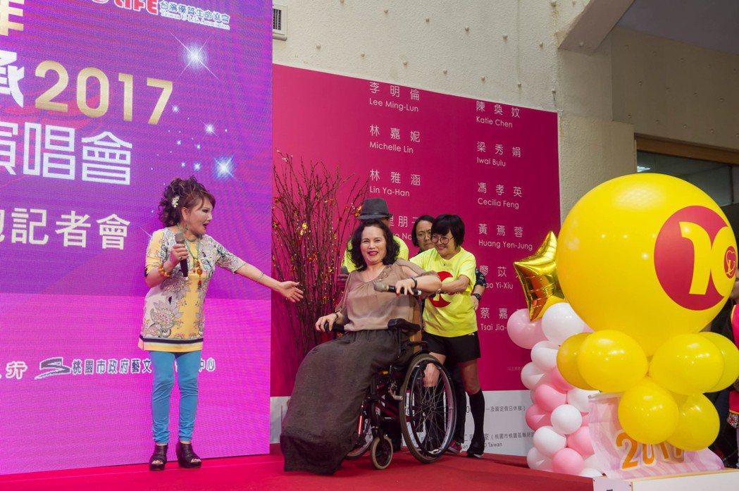 紀寶如(右)幫忙推李佩菁(中)的輪椅上台。圖/台灣優質生命協會提供