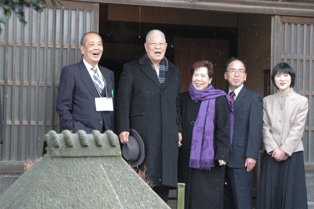 2004年訪日時,李登輝、曾文惠夫婦(左二、左三)在水利工程師八田與一的故居前,...