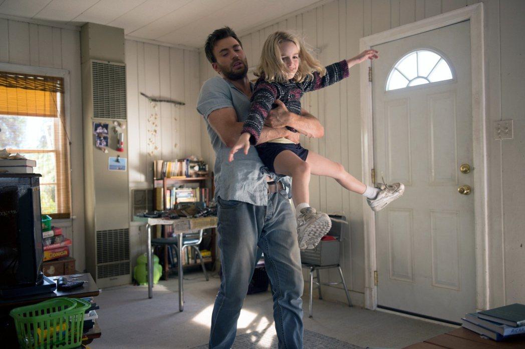 「美國隊長」克里斯伊凡卸下英雄外在,在新片「天才的禮物」飾演溫柔暖爸。圖/福斯提...