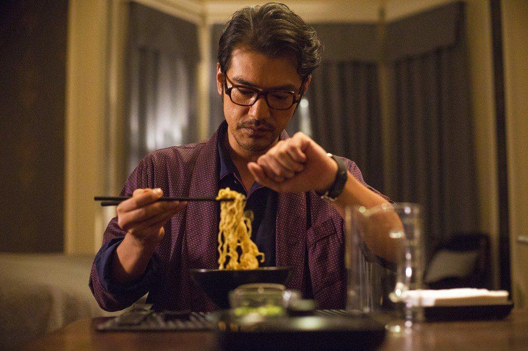 金城武在新片「喜歡你」大秀煮泡麵的神技。圖/甲上提供