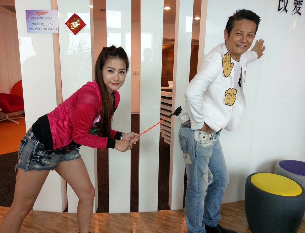徐乃麟(右)被美女主播孝英打屁股。圖/艾迪昇提供