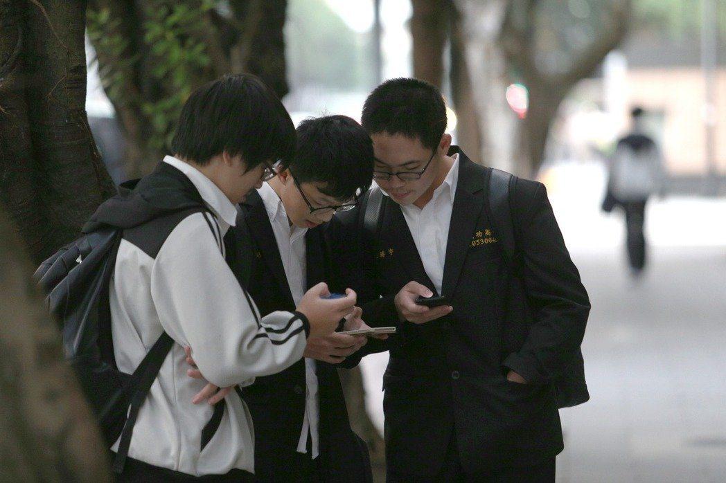高中生群聚滑手機。聯合報系資料照/記者蘇健忠攝影