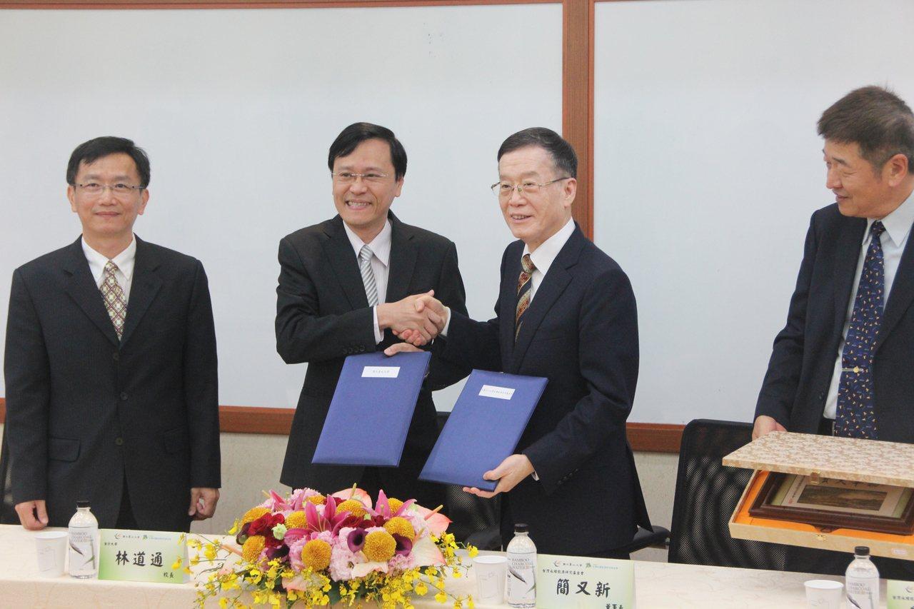 台灣永續能源研究基金會與北大簽署今簽為期5年的合作意向書,盼培養上千位CSR評審...