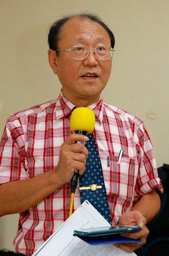 教育部公務人員協會理事長洪泰雄指出,面臨月退金恐腰斬、妻又罹癌,有剛退休的台大教...