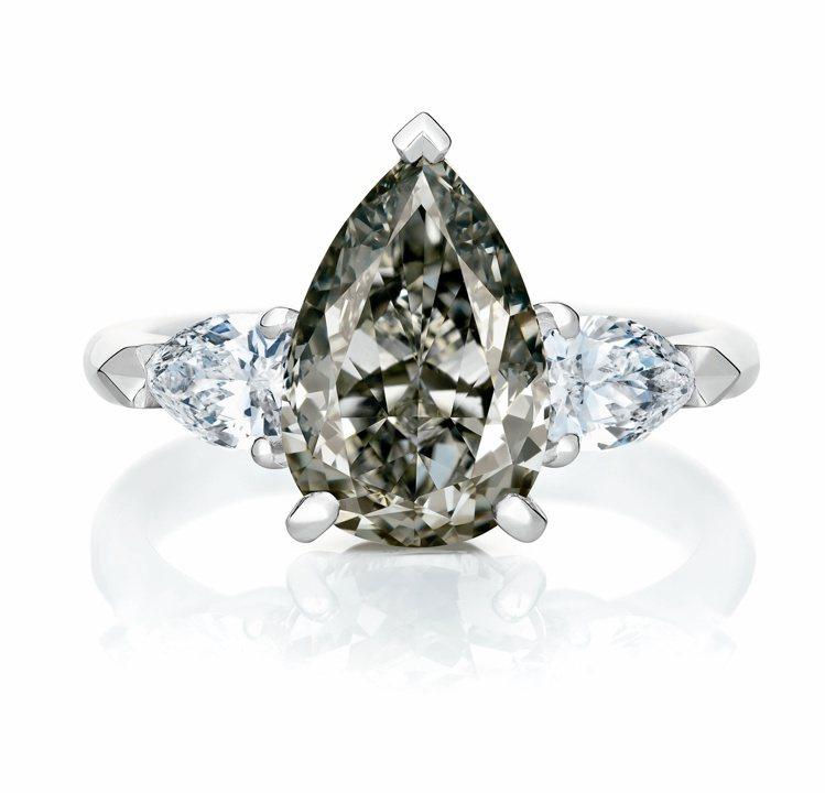 De Beers Master Diamond梨形車工暗彩灰鑽戒指,530萬元。...