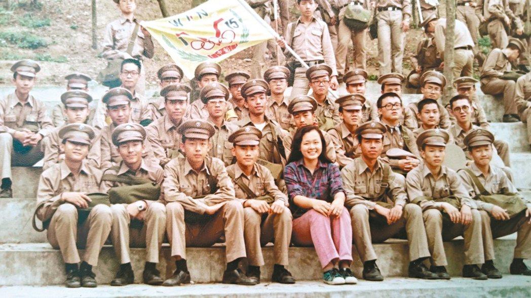 民國69年,石德華與學生在彰中校園合影。 石德華圖片提供