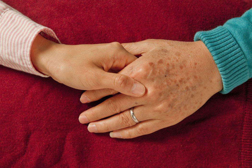 調查發現,家庭照顧者年齡多在41歲到60歲間,許多人上有高堂、下有子女,身為「三...