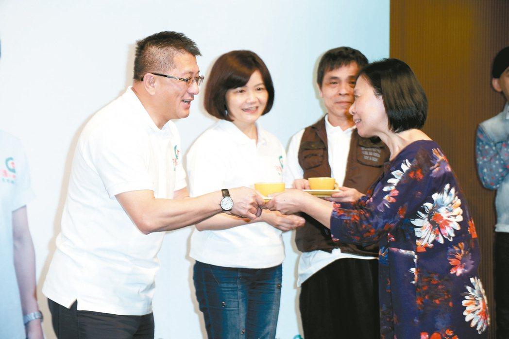 為支持照顧者舉辦的「一杯咖啡一起守護」活動,合庫人壽總經理張志杰(左起)與家總秘...