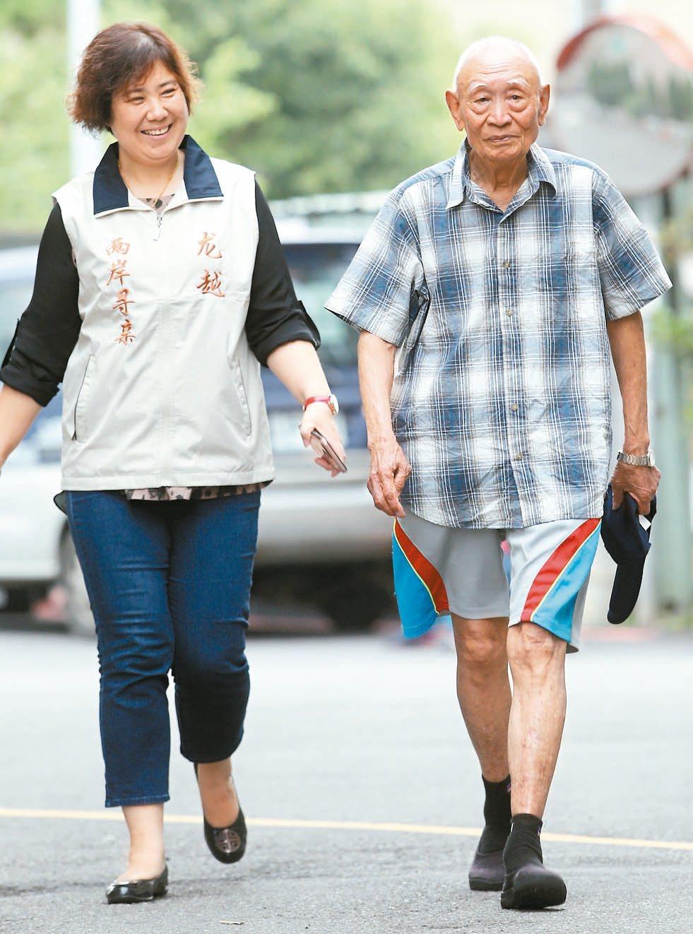 愛走路的九十七歲老兵胡定遠(圖右)身體健康硬朗。 記者侯永全/攝影