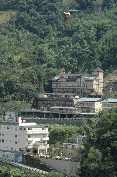 廬山溫泉飯店順著山勢興建,飽受地層滑動的威脅。 記者張家樂/攝影
