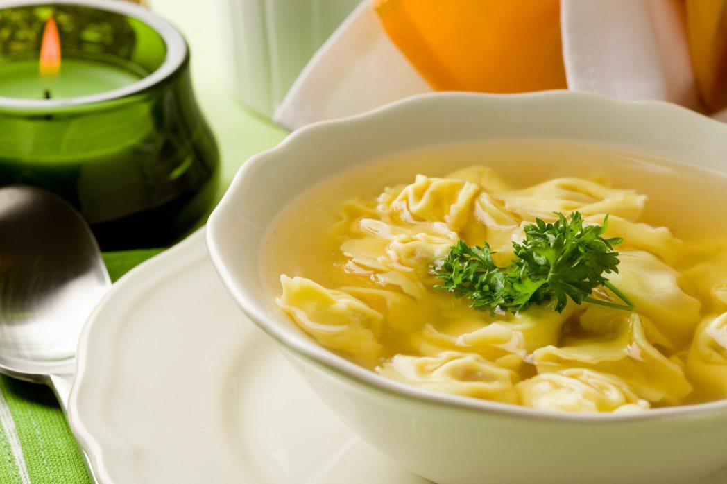 張惠萍說,如果長輩開始有喝水容易嗆到的情形,可以改變烹調方式,例如在湯裡加一點勾...