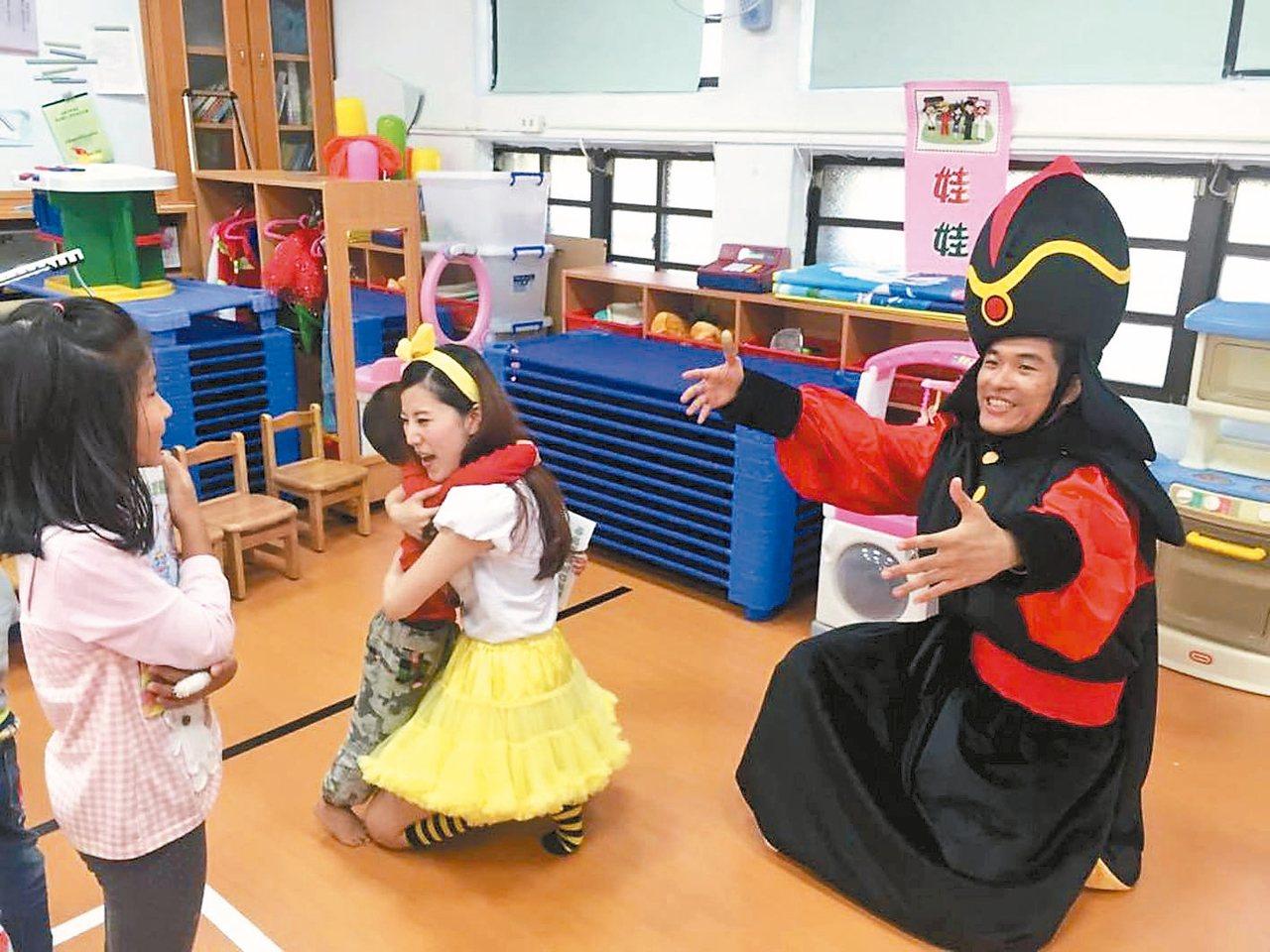 圖為歡樂魔法劇團團校園巡迴照片。 圖/吳文堯提供