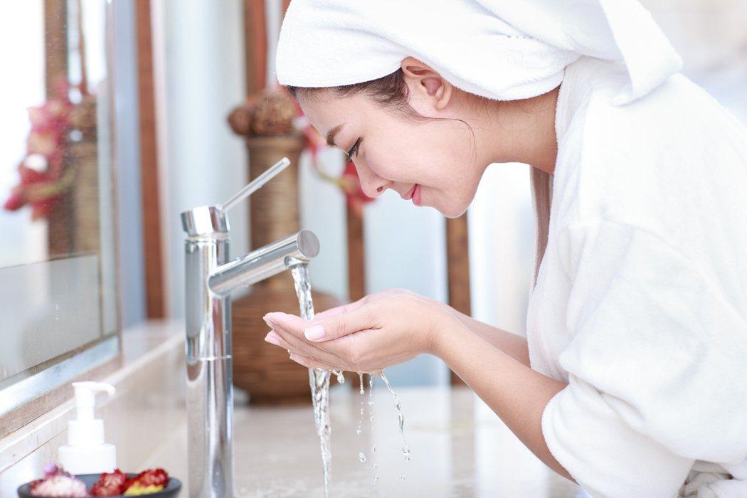 正確洗臉方式,衛福部食藥署建議「潔肌5力」法,選有標、微涼水、輕柔慢、快快洗、適...