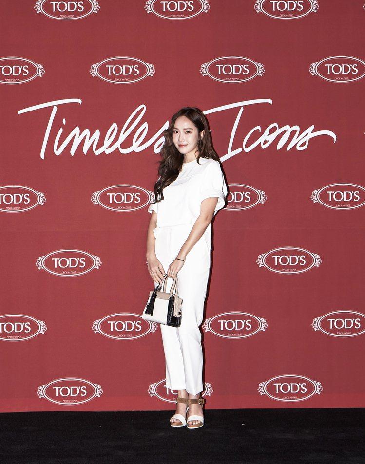Jessica以三色拼接TOD'S Twist Bag搭配全白褲裝,展現女孩的從...
